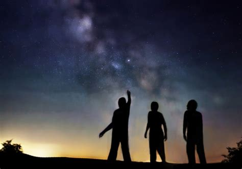 File:People looking at stars